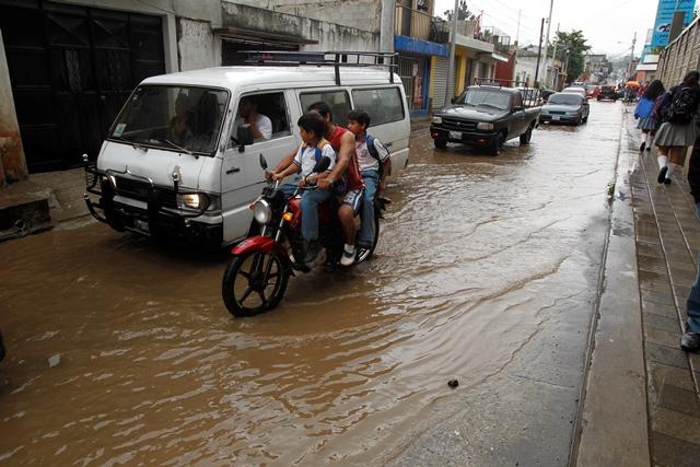 La movilidad urbana en Boca del Monte, Villa Canales, se complica por la lluvia y el colapso de los drenajes. (Foto Prensa Libre: Paulo Raquec)