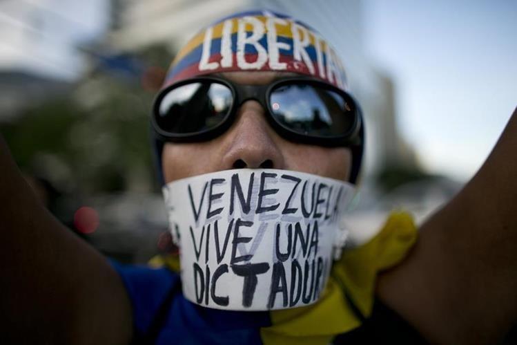Una mujer protesta contra la dictadura del presidente Maduro en una de las manifestaciones ciudadanas en Caracas, Venezuela. (Foto Prensa Libre. AP)