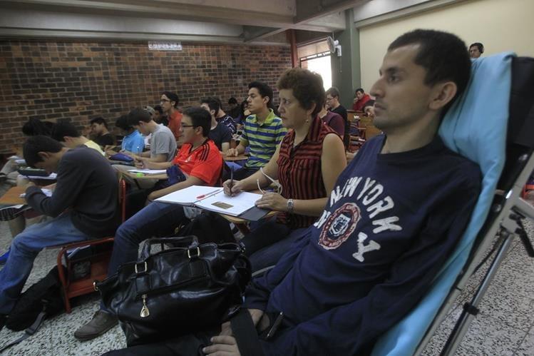 María Teresa Montes Hernández, junto a su hijo en la Universidad. (Foto Prensa Libre: Edwin Bercián).
