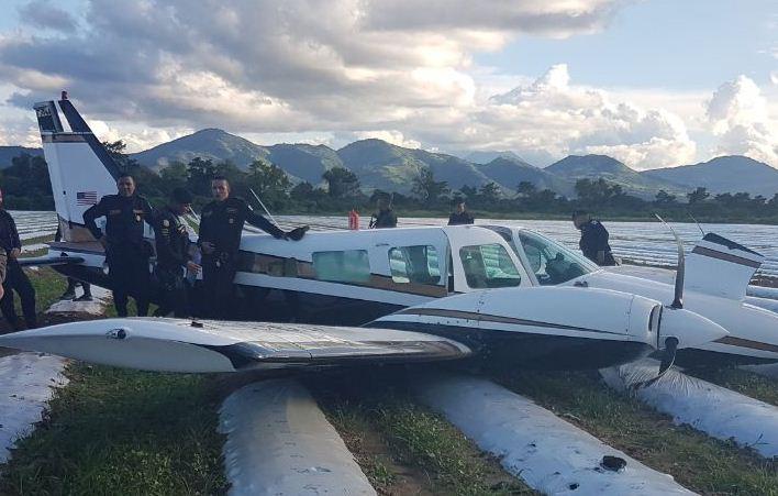 Agentes de la Policía Nacional Civil revisan la avioneta que aterrizó forzosamente en cultivos de una finca en Jutiapa. (Foto Prensa Libre: Hugo Oliva)