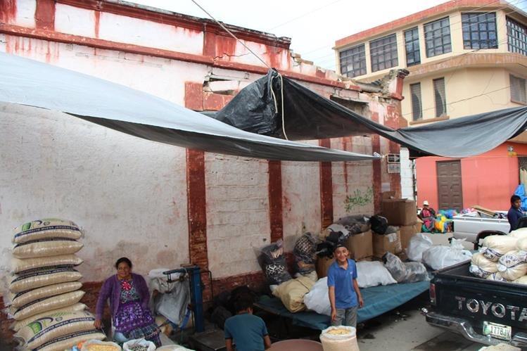 Comerciantes de la zona 4 de la cabecera de Totonicapán ubican sus ventas a costado del edificio dañado. (Foto Prensa Libre: Édgar Domínguez)