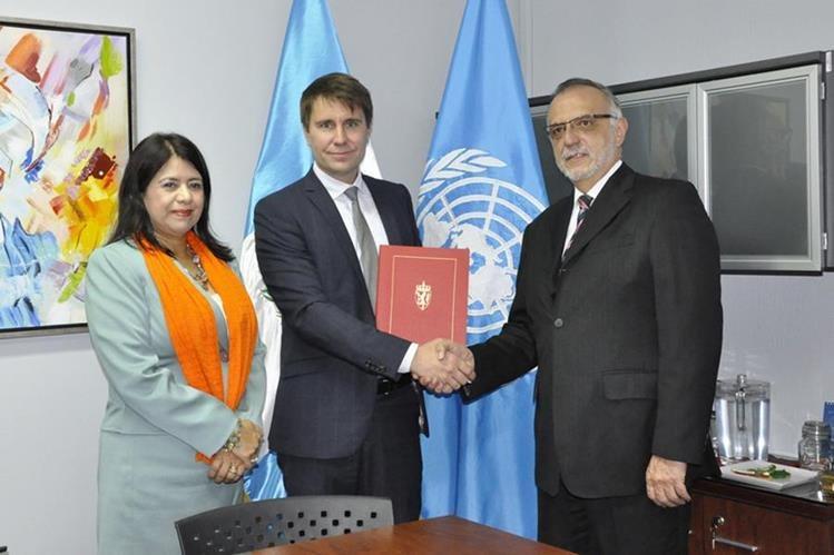 Iván Veláasquez, comosionado de la Cicig (derecha) junto a Per Anders Nilse, consejero de la embajada de Noruega, y Rebeca Arias, coordinadora residente del Sistema de Naciones Unidas en Guatemala. (Foto: Cicig)