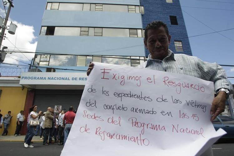 Extrabajadores como beneficiarios exigen la protección de los expedientes de las víctimas. (Foto Prensa Libre: Hemeroteca PL)