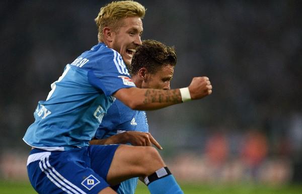 Nicolai Mueller y Lewis Holtby, jugadores del Hamburgo, festejan eufóricos. (Foto Prensa Libre: AFP)