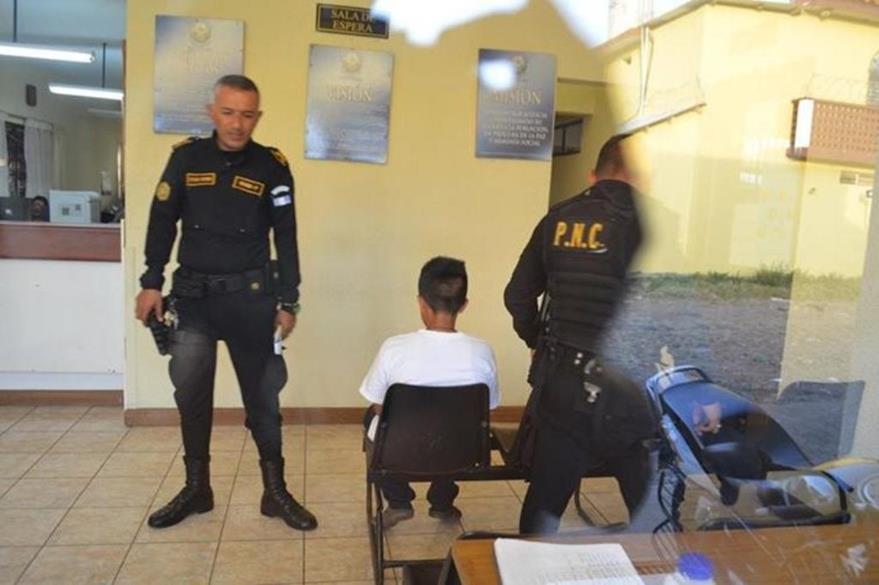 Agentes de la PNC custodian al adolescente detenido en Retalhuleu en enero último (Foto Prensa Libre: Hemeroteca PL).