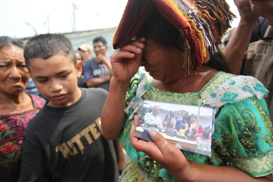 Una mujer llora a su familia, desaparecida en el último alud en el relleno sanitario. (Foto Prensa Libre: Érick Avila)