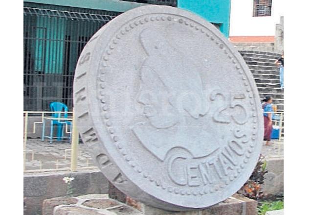"""Monumento ubicado en la Municipalidad de Santiago Atitlán en forma de """"choca"""" como se conoce popularmente a estas monedas. (Foto: Hemeroteca PL)"""