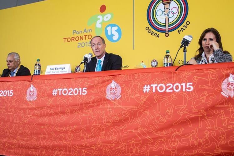 Eduardo de Rose,Ivar Sisniega, y Jimena Saldana, brindan una conferencia de prensa informando sobre los dopajes en Toronto. (Foto Prensa Libre: EFE)