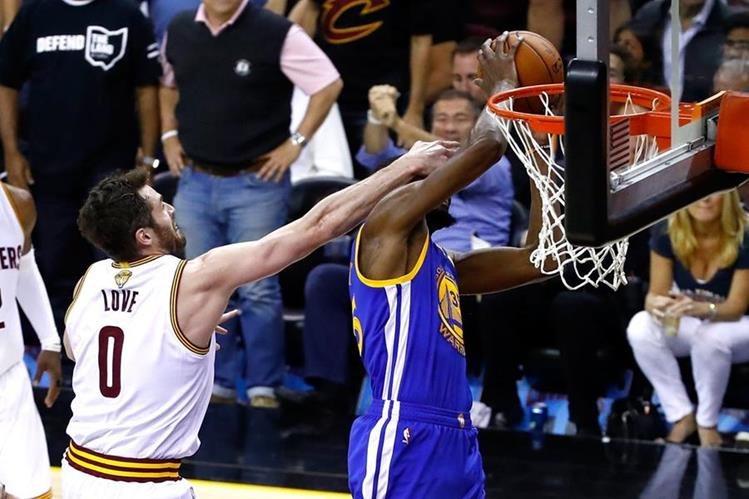 Los Warriors tienen la misión de sentenciar la final de la NBA este lunes para evitar sorpresas. (Foto Prensa Libre: AFP).