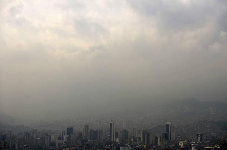 General view of Medellin, Antioquia department, blanketed by smog on April 1, 2016. City authorities declared an environmental emergency due to high pollution levels. AFP PHOTO/Raul ARBOLEDA