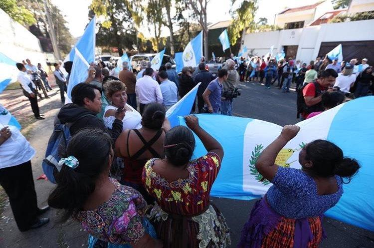 Grupos de manifestantes en contra de la Cicig se plantaron afuera de la sede de ese organismo en la capital guatemalteca para celebrar este martes 8 de enero la decisión del Presidente Jimmy Morales de poner fin al acuerdo que creó Cicig. (Foto Prensa Libre: Carlos Hernández)