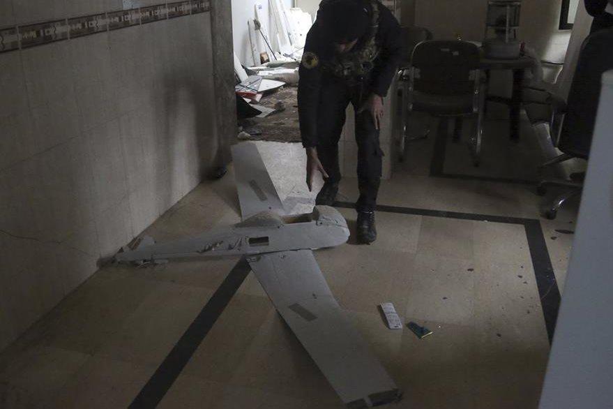 Un oficial iraquí inspecciona un dron del Estado Islámico en Mosul, Irak.(AP).