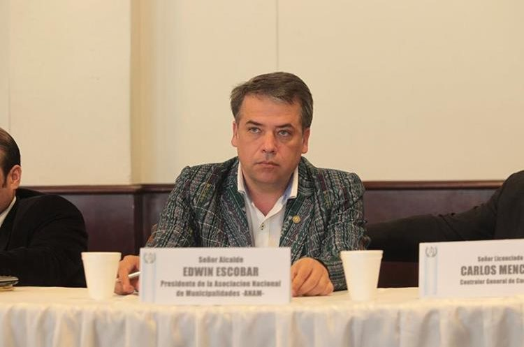 Edwin Escobar, alcalde Villa Nueva, preside las reuniones del Concejo, además es presidente de la Asociación Nacional de Municipalidades. (Foto Prensa Libre: Érick Ávila)