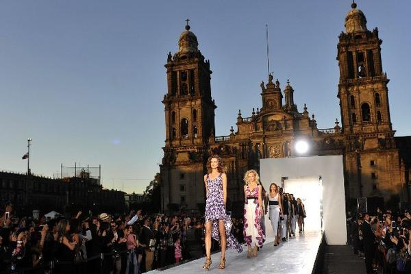 <p>Modelos lucen prendas durante el evento Rock the Sidewalk. EFE/Mario Guzmán</p>