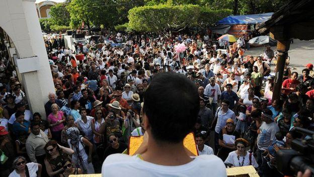 Miles de personas acuden todos los años a las lecturas de poesía del festival de Granada. AFP