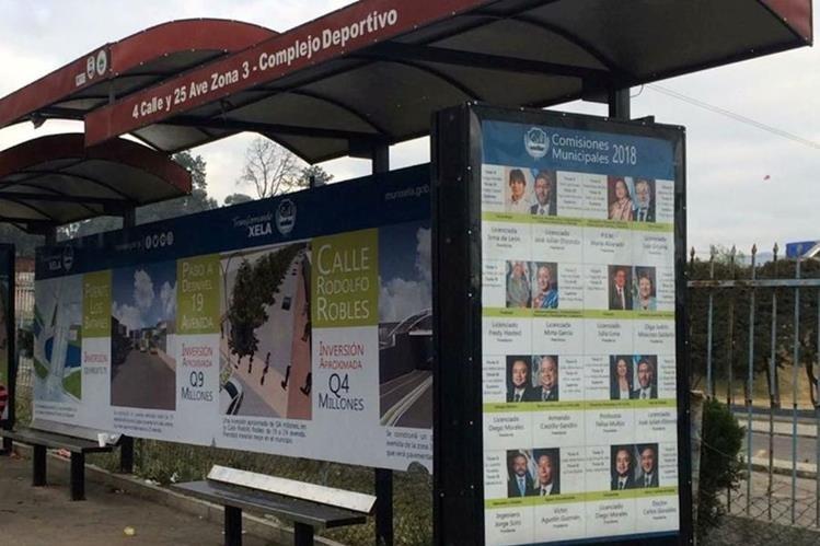 La parada de buses frente al complejo deportivo de Xela es una de las que la comuna utiliza para colocar publicidad de las obras que desarrolla y de los integrantes del Concejo. (Foto Prensa Libre: María Longo)