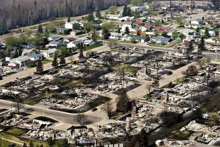 Vista aérea de la devastacion en Fort McMurray, causada por el incendio. (Foto Prensa Libre: AP).