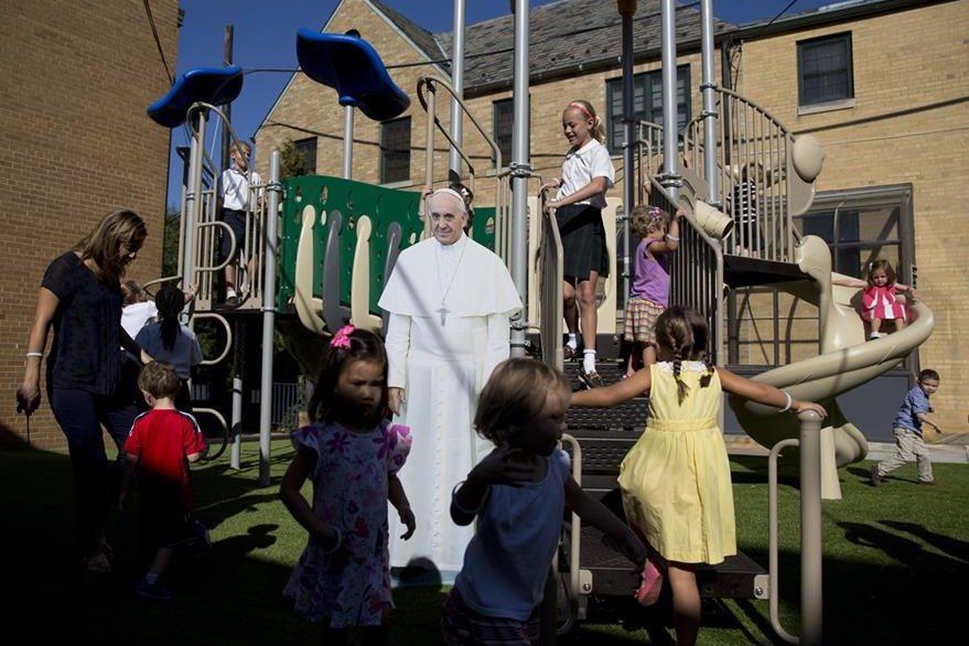 Una fotografía gigante del papa Francisco se observa en un parque de niños en Washington, EE. UU. donde el pontífice viajará el próximo 22 de septiembre. (Foto Prensa Libre: AP).