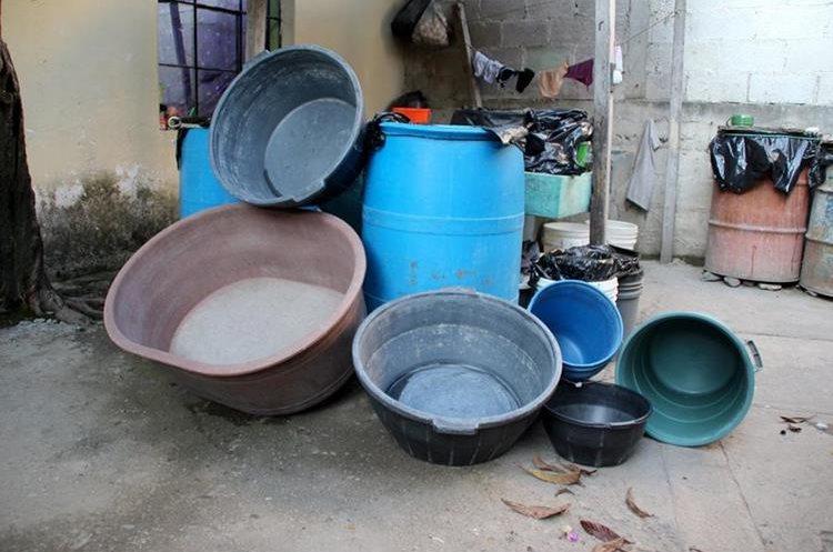 : Recipientes vacíos evidencias la falta de agua en sectores altos de la cabecera departamental en Huehuetenango. (Foto Prensa Libre: Mike Castillo)