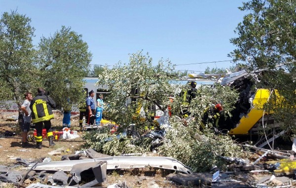 Bomberos ayuda a las víctimas de la colisión frontal entre dos trenes. (EFE).