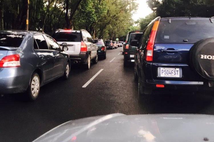 El congestionamiento por el bloqueo en ruta al Atlántico llega hasta la zona 2. (Foto Prensa Libre: @PhotoErickson).