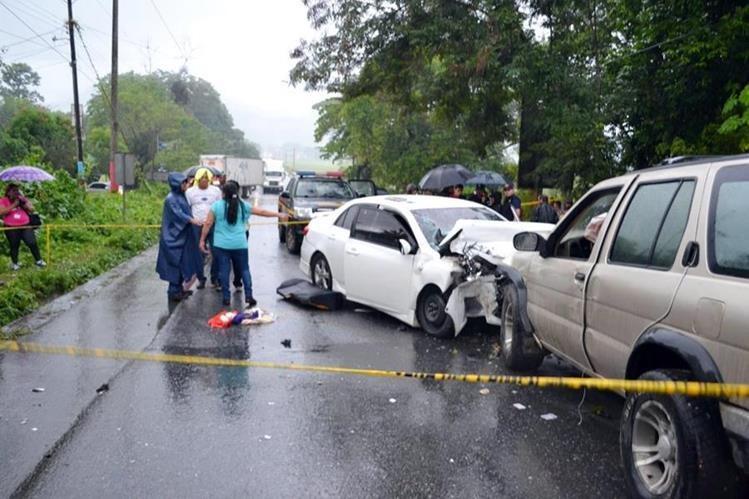 Autoridades en el lugar del choque de vehículos donde murieron dos mujeres, en Morales, Izabal. (Prensa Libre: Edwin Perdomo)