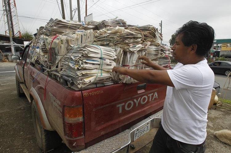 Baldomero Cos recicla papel periódico, en San Juan Sacatepéquez, desde hace 10 años. (Foto Prensa Libre: Paulo Raquec)