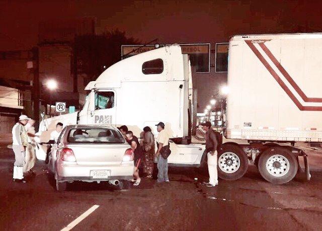 Un accidente complicó el tránsito en la calzada Roosevelt. (Foto Amílcar Montejo)