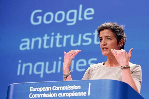 La comisaria  europea de Competencia, Margrethe Vestager, da a conocer la acusación contra  Google. (Foto Prensa Libre:EFE).