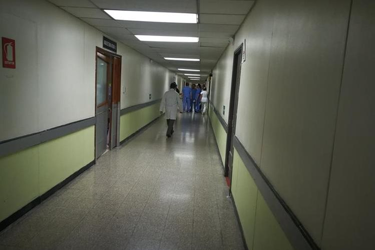 Uno de los pasillos donde según personal del IGSS han ocurrido extrañas apariciones. (Foto Prensa Libre: Óscar García).
