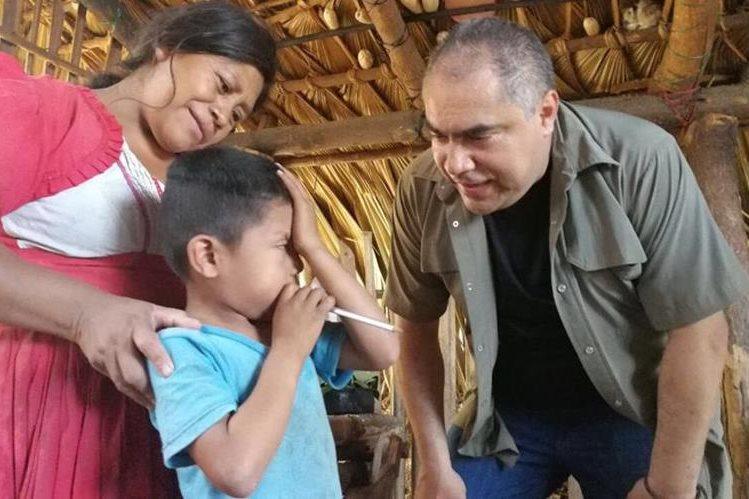 Sebastiana Amador, madre de la niña fallecida, recibió la visita del ministro Ennio Galicia (Foto Prensa Libre: Twitter Mides).
