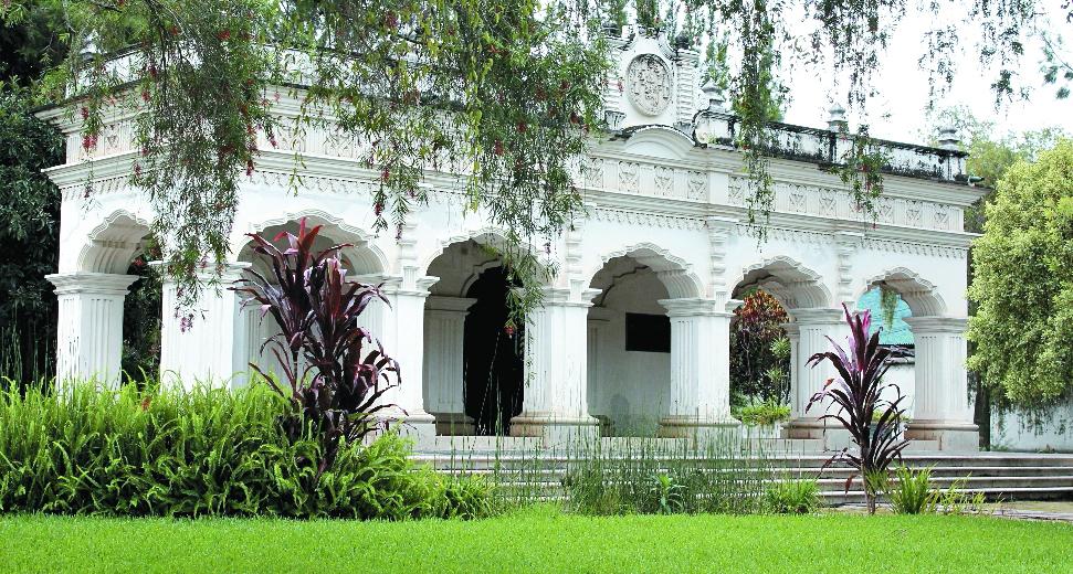 Monumento donde reposan los restos de Rafael Landívar y que se localiza en la Alameda de Santa Lucía, Antigua Guatemala. (Foto: Hemeroteca PL)