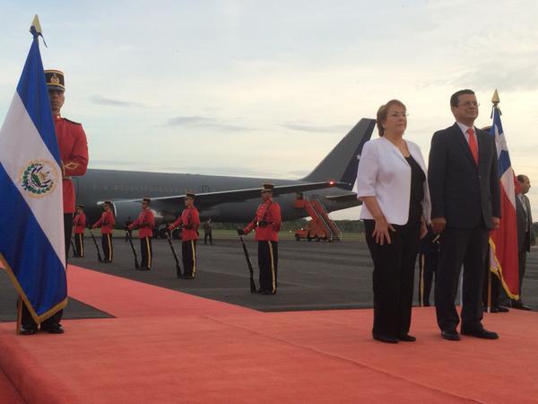<em>Bachelet arribó este martes&nbsp; en un avión de la Fuerza Aérea de Chile al Aeropuerto Internacional Monseñor Óscar Arnulfo Romero. (Foto Prensa Libre: EFE).</em>