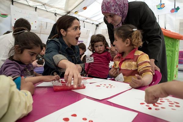 Salma Hayek comparte con jóvenes refugiados sirios en un campamento informal. (Foto Prensa Libre: AFP / UNICEF / Alessio Romenzi)