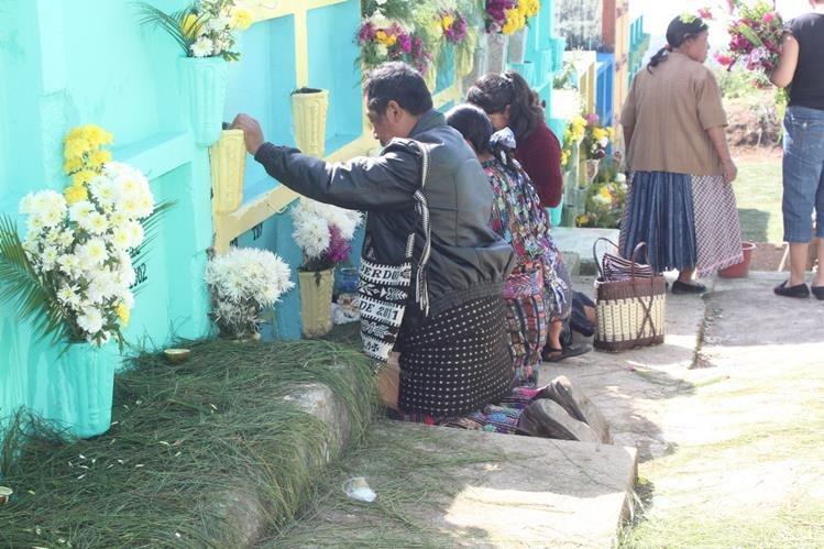 Familias visitan tumbas de parientes en cementerio de la ciudad de Sololá. (Foto Prensa Libre: Ángel Julajuj)