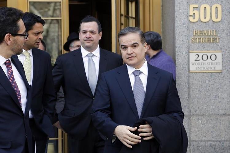 Yani Rosenthal Benjamín, (frente) y su primo, Yankel Rosenthal, abandonan la corte federal de Nueva York. (Foto Prensa Libre: AP).
