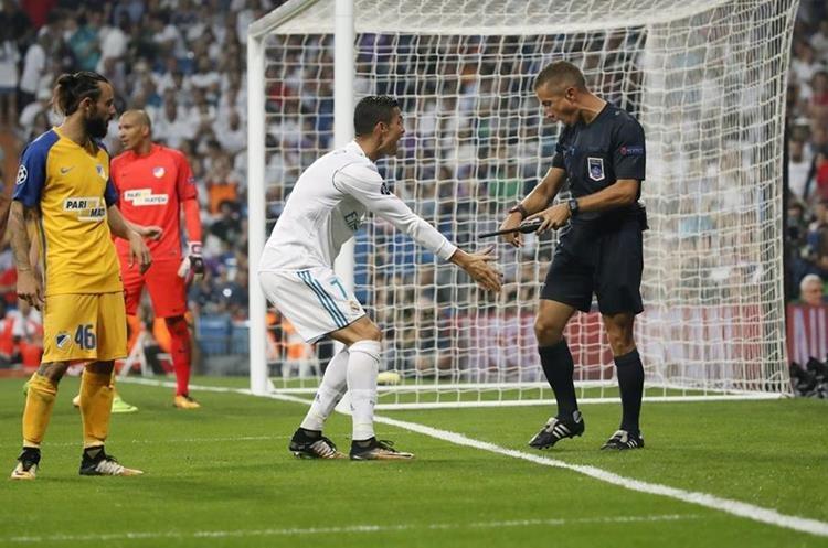 El portugués reclama al árbitro la definición que no cruzó la línea de gol.