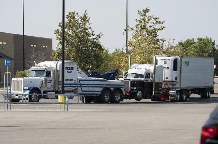 La Policía moviliza el camión donde se transpotaban los inmigrantes en Texas.(AFP)