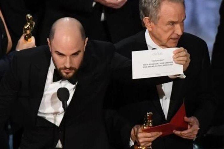 """""""No es una broma"""", dijo el productor de """"La La Land"""", Jordan Horowitz, al aclarar en el escenario que la cinta ganadora era """"Moonlight"""" y mostrar la tarjeta correcta. (AFP)"""