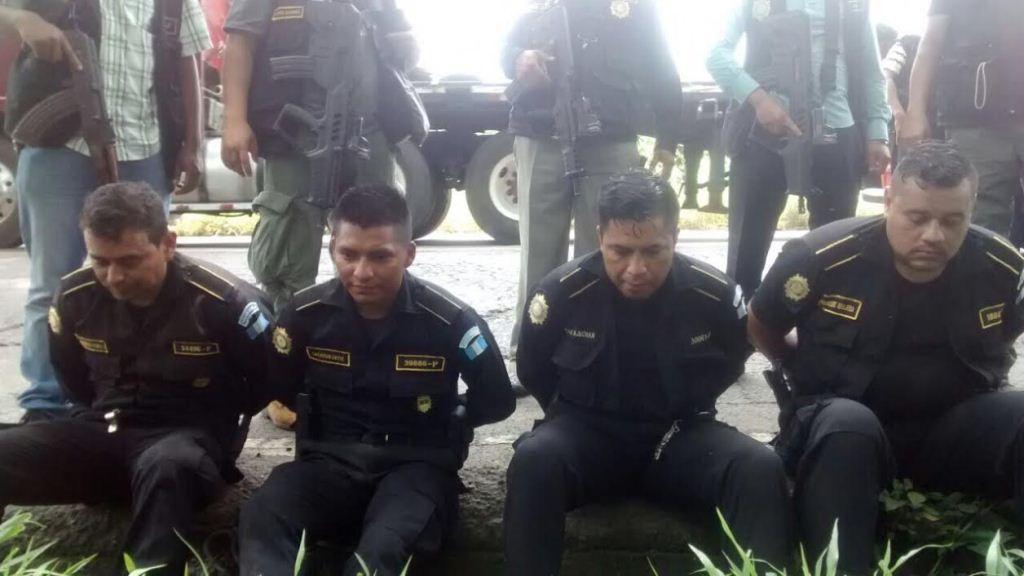 Cuatro de los agentes de la PNC capturados en El Asintal. (Foto Prensa Libre: Cortesía PNC)