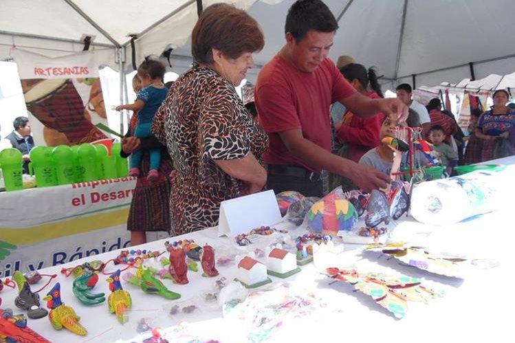 Varias Artesanías se exhiben en el parque central de Tecpán Guatemala, por la celebración de los 492 años de fundación como capital.(Foto Prensa Libre: José Rosales)