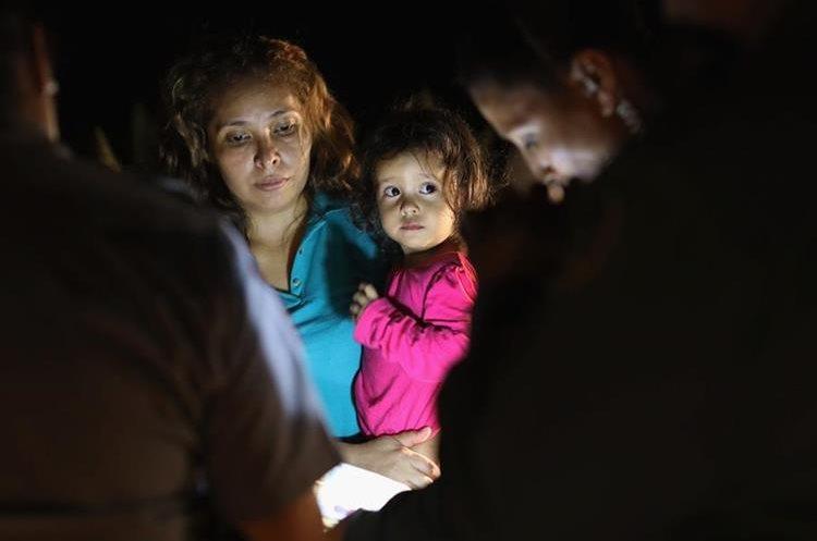 Una inmigrante hondureña junto a su hija solicita asilo al llegar en McAllen, Texas.(AFP)