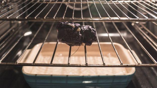 Yasin cocinó las telas en el horno de su casa y experimentó con materiales que se usan en aeronáutica (RYAN MARIO YASIN).