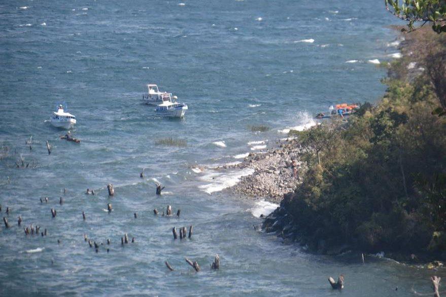 El viento generó fuerte oleaje, por lo que la lancha estuvo a punto de hundirse. (Foto Prensa Libre: Ángel Julajuj)