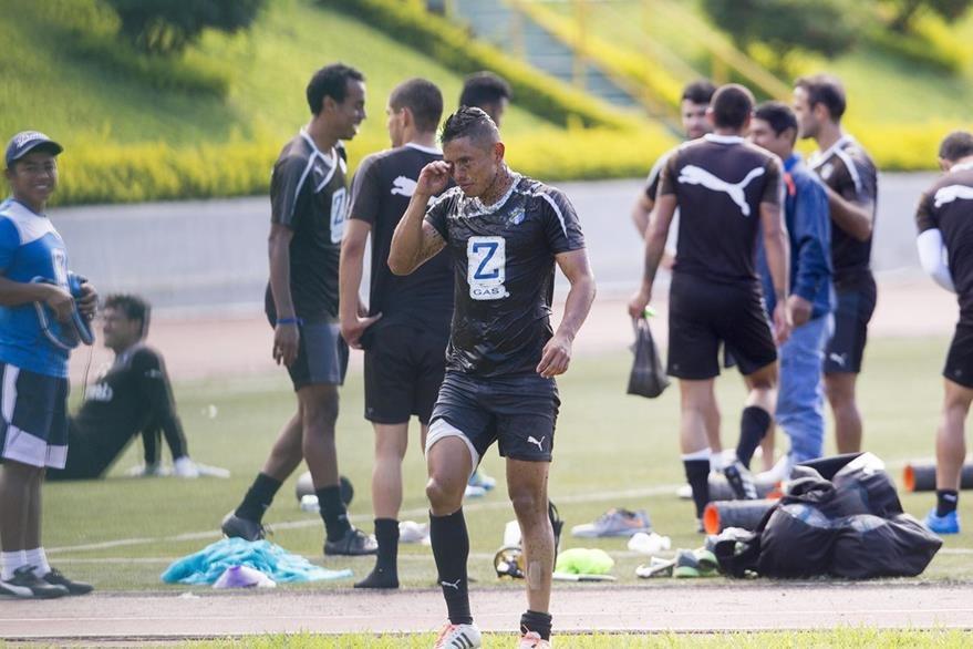 Carlos Mejía sale bañado de hidratante al terminar el entrenamiento de este lunes. (Foto Prensa Libre: Norvin Mendoza).