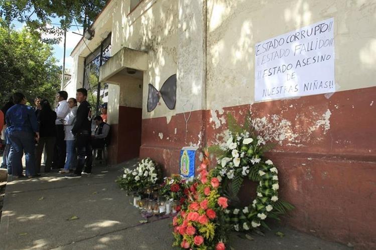 Familiares de las víctimas esperan entrega de los cuerpos de las menores que murieron en un incendio en el Hogar Seguro, en San José Pinula. (Foto Prensa Libre: Carlos Hernández)