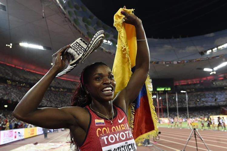Carolina Ibargüen festeja luego de ganar la medalla de oro en el Mundial de Pekín. (Foto Prensa Libre: AFP)