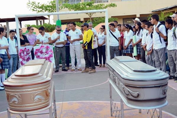 Amigos y  familiares de la familia Mejía Aldana, en San Jorge, Zacapa, dan último adiós a víctimas de accidente de tránsito. (Foto Prensa Libre: Víctor Gómez)