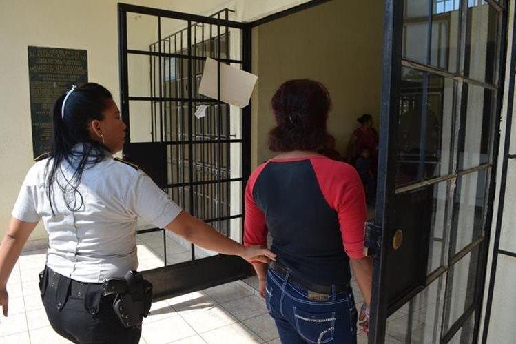 Menor implicada en crimen es trasladada a juzgado de menores en El Asintal. (Foto Prensa Libre: Jorge Tizol)