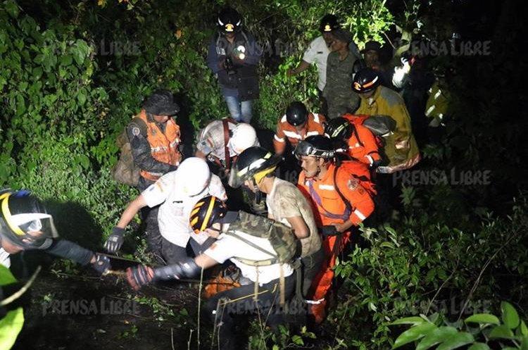 Labores de rescate del estudiante de aviación Julio Alvarado. (Foto Prensa Libre: Renato Melgar)